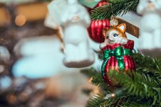 Free Selective Focus Photography Of Brown Cat Christmas Bauble Royalty Free Stock Image - 131719526