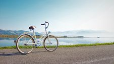 Free Gray Commuter Bike Parked On Road Beside Sea Royalty Free Stock Photography - 131720137