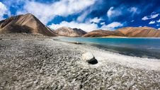 Free Grey Rock Near Blue Body Of Water Under Blue And White Sky Stock Photography - 131860042