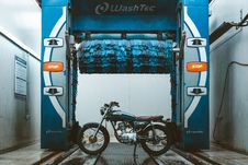 Free Brown And Blue Cafe Racer Parked Beside Washtec Vehicle Washer Stock Photo - 131889130