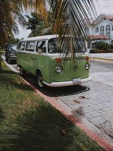 Free Vintage Green And White Volkswagen Van Stock Image - 132293111