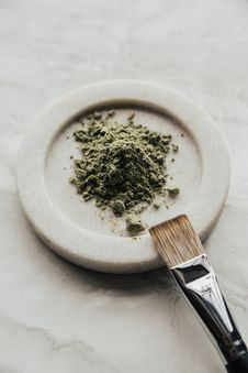 Free Green Powder On Round White Saucer And Paint Brush On It Royalty Free Stock Photo - 132385955
