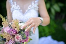 Free Bride Holding Pink Roses Bouquet Stock Image - 132386051
