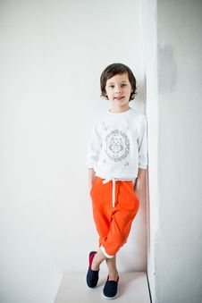 Free Photo Of Child Leaning On Wall With Feet Crossed Stock Images - 132386094
