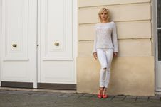 Free Woman In Casual Wear Leaning On Wall Royalty Free Stock Photo - 132386135