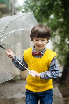 Free Kid Carrying Clear Umbrella Stock Photography - 132568272