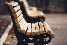 Free Empty Brown-and-black Outdoor Bench Stock Photos - 132568273