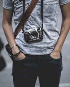 Free Man Wearing A Camera On His Neck Putting His Hand In Jeans Pocket Royalty Free Stock Images - 132568499