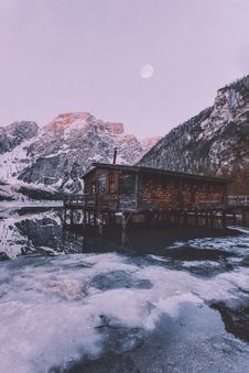 Free Brown Wooden House Near Snow Covered Mountain Stock Photography - 132670812