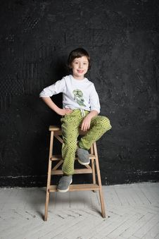 Free Child Sitting On Step Stool Royalty Free Stock Photos - 132760908