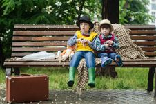 Free Two Kids Sitting On Brown Bench Royalty Free Stock Photo - 132760965