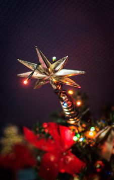 Free Beige Star Tree Topper With String Lights Stock Photography - 132761112