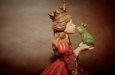 Free Woman Wearing Crown Holding Frog Figurine Royalty Free Stock Image - 132944916