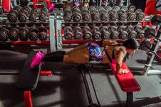 Free Woman Doing Push-ups On Sit-up Benches Royalty Free Stock Photography - 132945007
