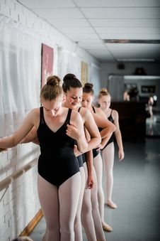 Free Ballet Dancers Standing In A Line Stock Photo - 133489120