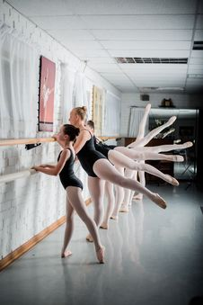 Free Group Of Girls Doing Ballet Exercise Stock Images - 133489164