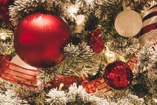 Free Red And White Christmas Balls Hanging OOn Christmas Tree Stock Images - 133489324