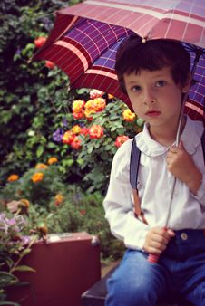 Free Boy Covering Himself Under Red Umbrella Stock Photo - 133489510