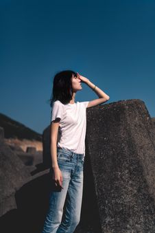 Free Woman Standing Beside Rock With Hand On Face Royalty Free Stock Photos - 133728908