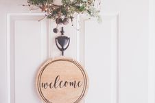 Free Brown Wooden Welcome Wall Decor Royalty Free Stock Image - 133728946