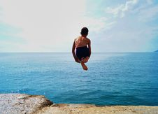Free Time Lapse Photography Of Boy In Black Shorts Jumping On Body Of Water Stock Photography - 133729672