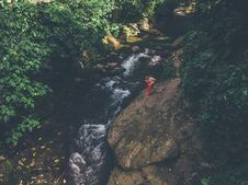 Free Aerial View Of Couple Kissing Near Water Stream Royalty Free Stock Photos - 133968738