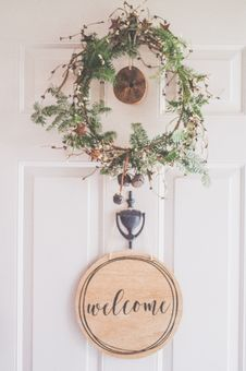 Free Photo Of A White Door With A Hanging Wreath And Welcome Decor Stock Photography - 134072002