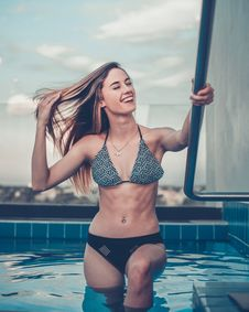 Free Woman Climbing Up Into Pool Royalty Free Stock Images - 134249799