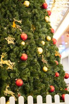 Free Christmas Tree Decorated With Red And Gold Baubles Stock Photo - 134249900