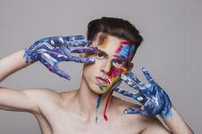 Free Man With Paint On Face And Hands Royalty Free Stock Images - 134421599