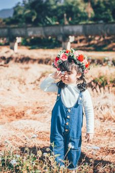 Free Little Girl Wearing A Flower Crown Stock Photos - 134722743