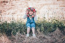 Free Girl Holding Flower Crown Royalty Free Stock Photo - 134722785