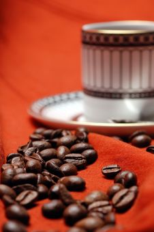 Free Coffee Beans And Coffee Cup Royalty Free Stock Images - 13487489