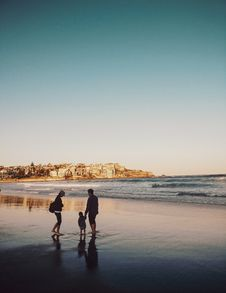 Free Man And Woman Walking With Boy In Seashore Royalty Free Stock Image - 134822116