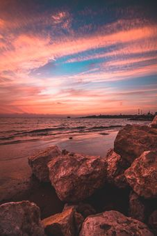 Free Rocks On Seashore Under Cloudy Sky Stock Photo - 134952780