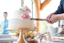 Free Man And Woman Holding Knife Slicing Cake Royalty Free Stock Images - 135065729
