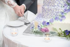 Free Bride And Groom Slicing Cake Stock Photography - 135338172
