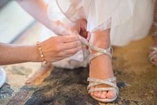 Free Person Wearing Unpaired White Sandal In Selective Focus Photography Royalty Free Stock Photo - 135444905