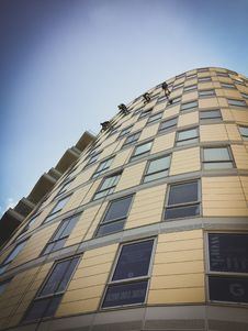 Free Beige High Rise Building Under Blue Sky Royalty Free Stock Image - 135445146