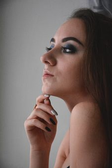 Free Woman Resting Right Hand On Chin Royalty Free Stock Images - 135445199