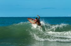Free Man Playing Surfing On Big Waves Royalty Free Stock Photos - 135445348