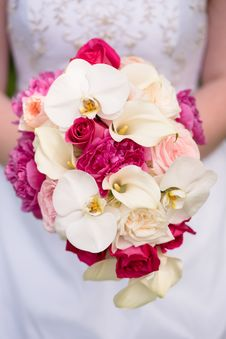 Free Close-up Photo Of Bride Holding A Bouquet Of Flowers Stock Images - 135496764