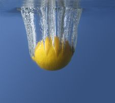 Lemon In Water On A Black/blue Background With Air Royalty Free Stock Images