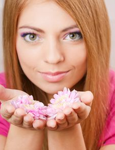 Free Girl Holding Flowers Royalty Free Stock Photos - 13558388