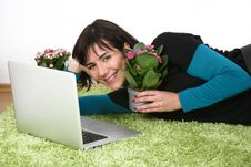 Free Woman Flowers And Laptop Royalty Free Stock Photography - 13559747