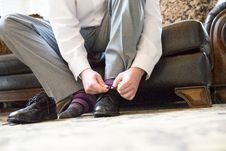 Free Close-up Photo Of Man Sitting On Sofa Tying His Laces Royalty Free Stock Photo - 135538915