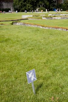 Free No Walking Sign On Lawn. Stock Photos - 13568753