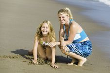 Free Mother And Daughter On Beach Royalty Free Stock Photos - 13584498