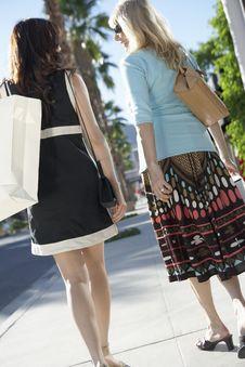Free Women Walking, Carrying Shopping Bag Royalty Free Stock Photography - 13585177