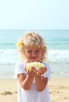 Free Beauti Girl With A Seashell Royalty Free Stock Images - 13588819